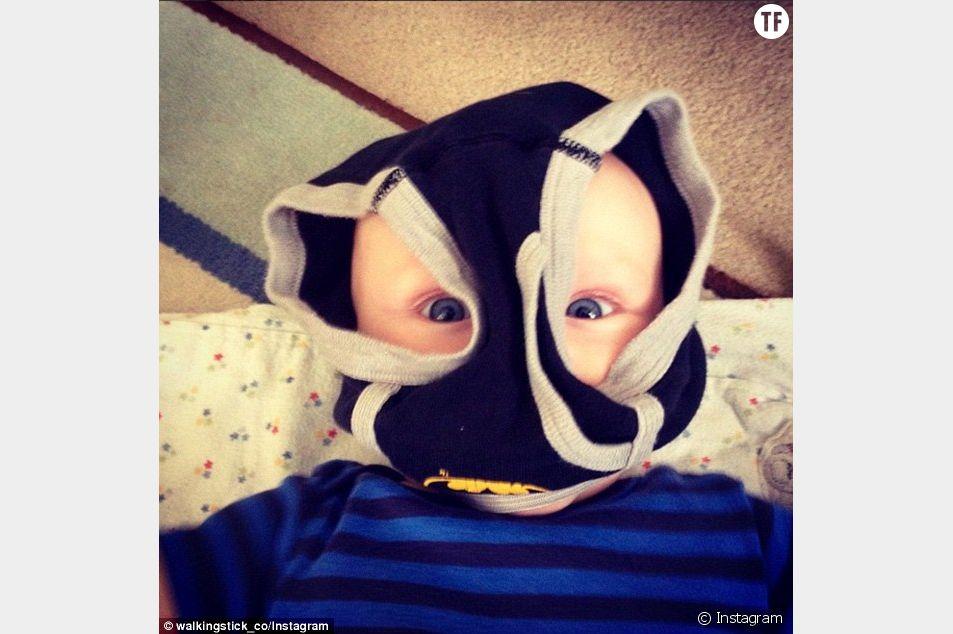 """Quelques difficultés à habiller son fils qui vante la ressemblance de l'enfant avec Bane dans """"The Dark Knight Rises"""""""