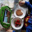 Les fraises, caution santé de ce papa qui gagne sa tranquilité avec un cookie et un iPad.