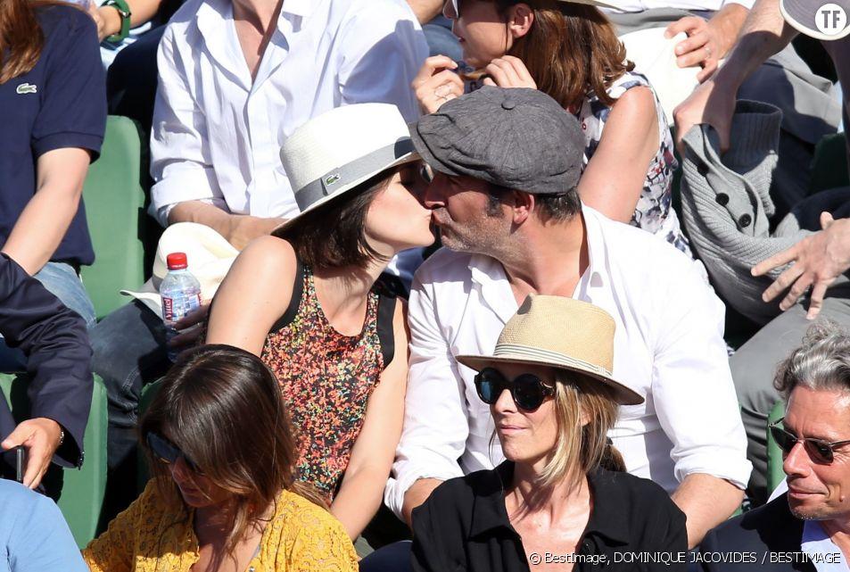 Le baiser de Jean Dujardin et Nathalie Péchalat sur le court Philippe Chatrier