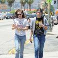 Kristen Stewart et Alicia Cargile se baladent dans le quartier de Silverlake à Los Angeles le 6 juin 2015.