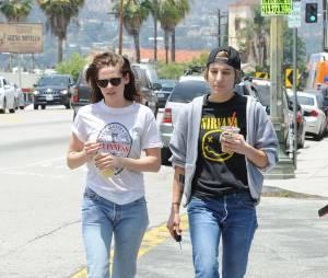 Kristen Stewart : parfaitement assortie à Alicia Cargile dans les rues de Los Angeles (photos)
