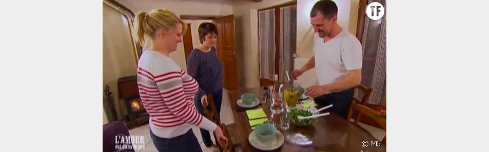Anastasia (blonde) et Aline devant la soupe de Jean-Baptiste.