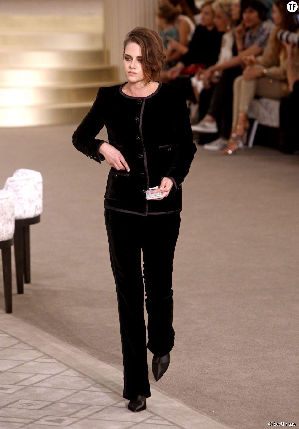 Kristen Stewart arrive au défilé haute couture Chanel le mardi 7 juillet 2015