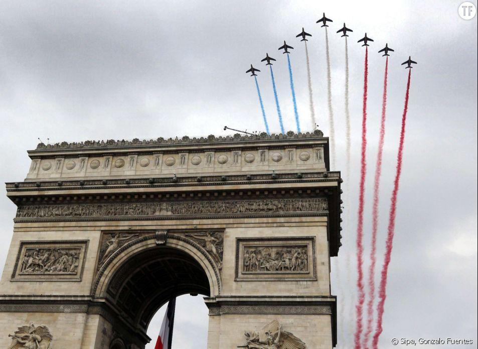 La Patrouille de France survole les Champs Elysées à Paris, le 14 juillet 2014.
