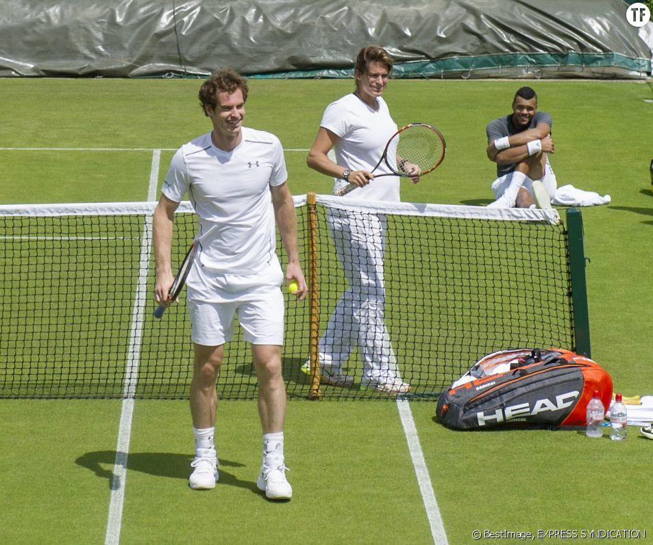 Andy Murray, son entraîneuse Amélie Mauresmo, et Jo-Wilfried Tsonga lors de l'entraînement au tournoi de tennis de Wimbledon à Londres, le 24 juin 2015.