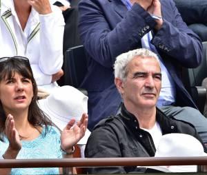 Raymond Domenech et sa compagne Estelle Denis dans les tribunes de Roland Garros 2015