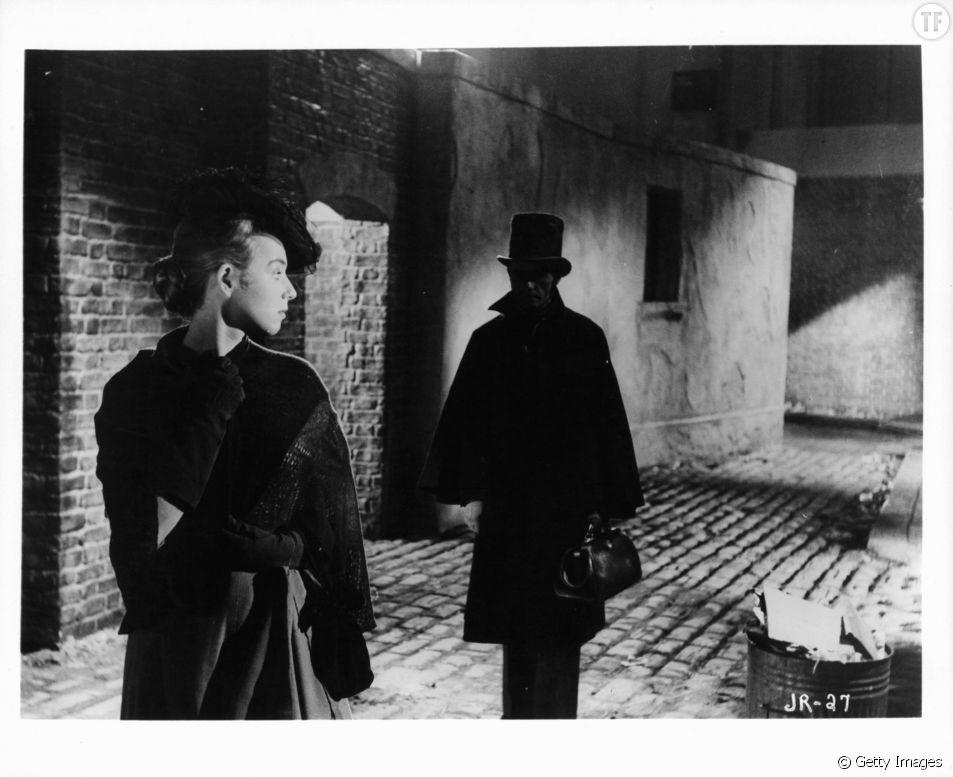 """Une femme suivie par un homme dans le film """"Jack l'éventreur"""" (1959)"""