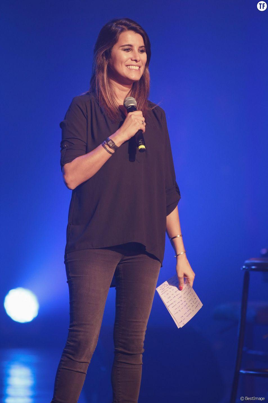 """Karine Ferri (enceinte) anime le concert gratuit """"RFM Music Live"""" à Lille. Le 28 septembre 2015"""