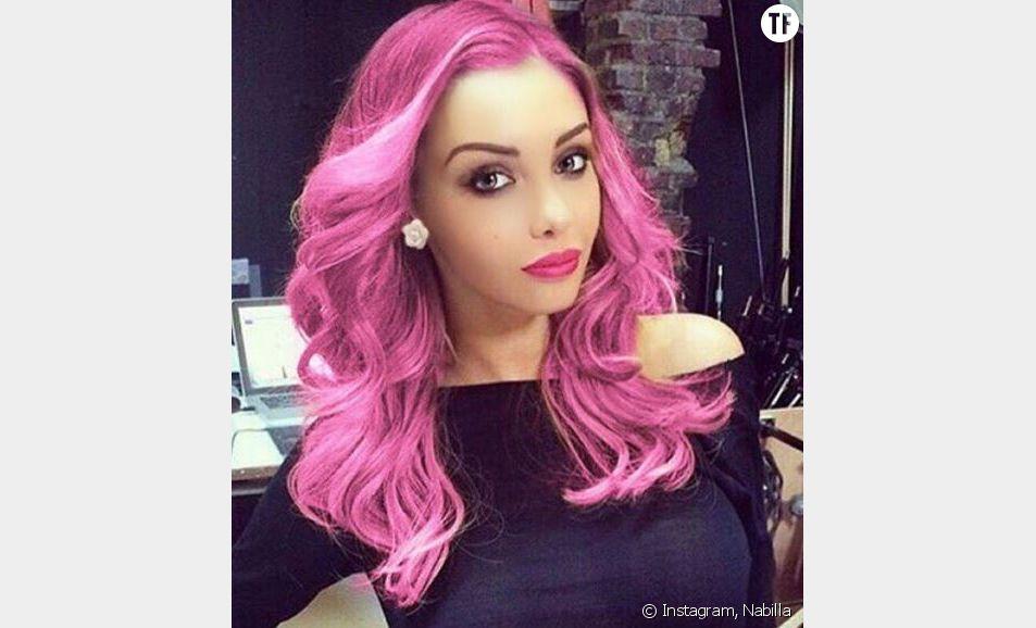 Nabilla et ses cheveux de couleur rose
