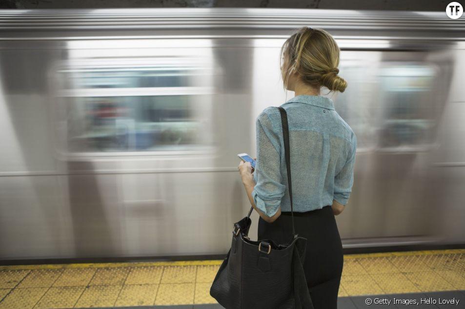 Une femme dans le métro new-yorkais