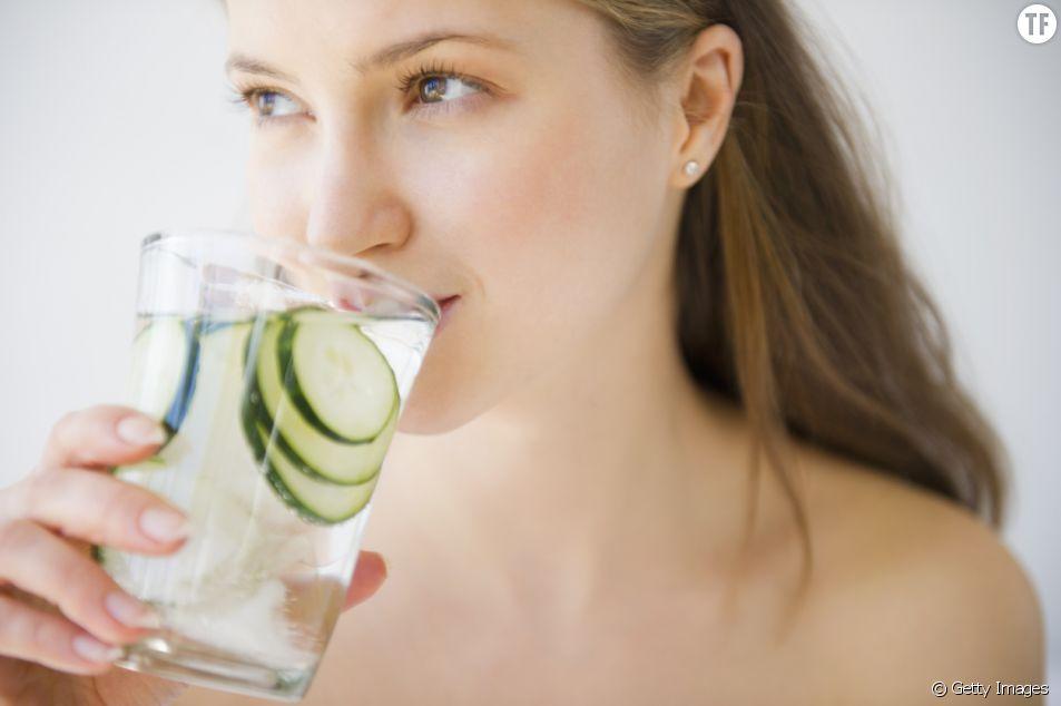 L'eau de concombre a de nombreuses vertus.