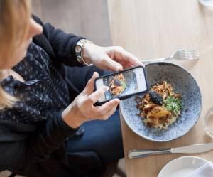 Utiliser (ou pas) son téléphone portable à table : le guide du savoir-vivre