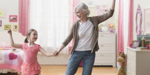 Pourquoi garder leurs petits-enfants est bon pour les grands-mères
