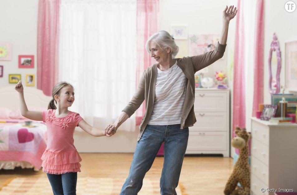 les petits-enfants aident leur grand-mère à garder la forme