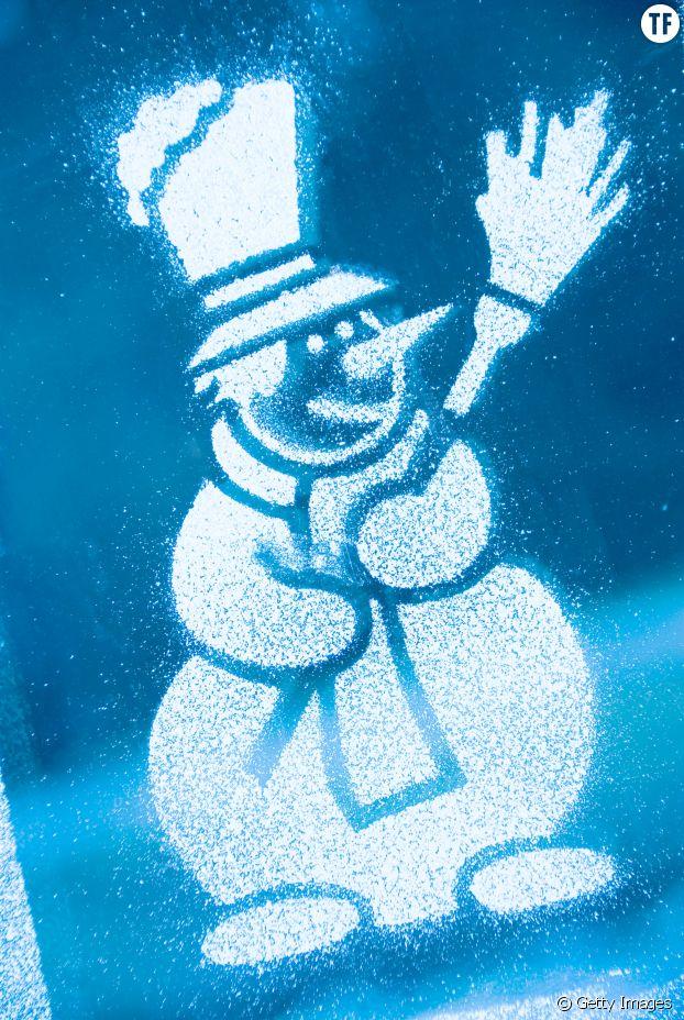 Décorez joliment vos fenêtres avec des pochoirs et des bombes de neige artificielle !