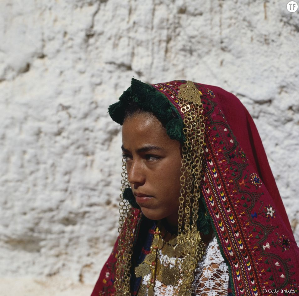 Jeune fille habillée du costume traditionnel berbère en Tunisie