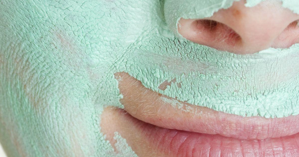 Le masque pour la personne la tonifiante nettoyant