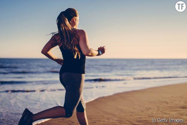 Courir sur la plage, dans l'herbe, sur le bitume : varier son terrain de course aide à mieux se muscler !