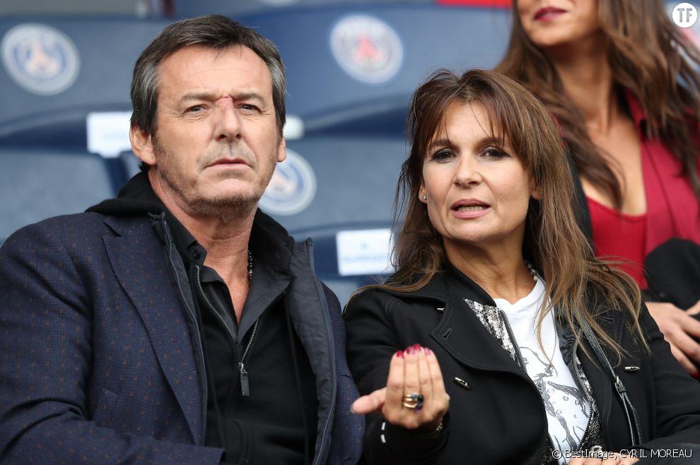 L'animateur Jean-Luc Reichmann et sa femme Nathalie Lecoultre dans les tribunes du Parc des princes