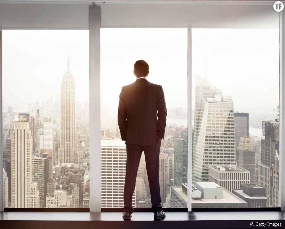 Homme d'affaires admirant la vue