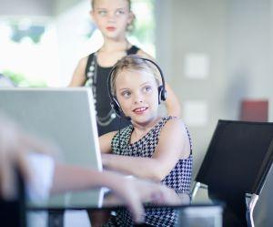 Faire travailler les filles dès 9 ans : la campagne choc pour l'égalité salariale