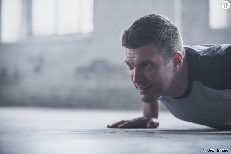 Cet homme fait du sport avec un poids sur le ventre pour soutenir sa femme enceinte