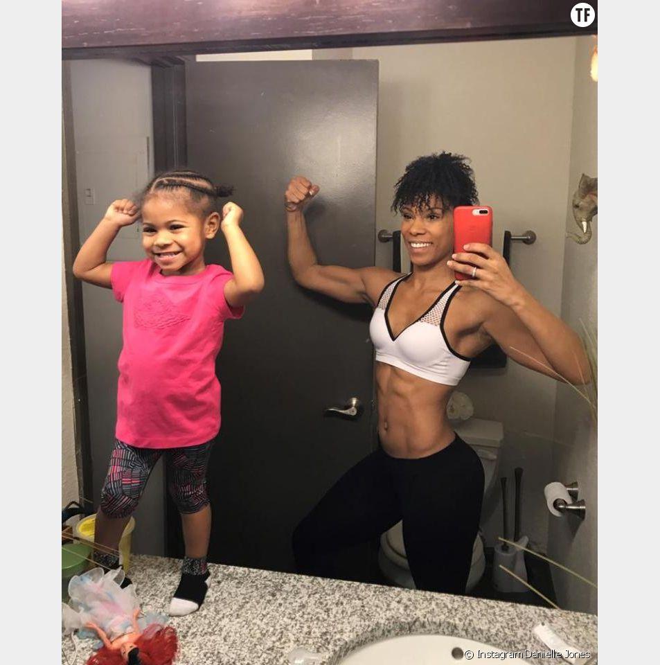 Honor, 2 ans, fait de la gym avec sa maman Danielle Jones
