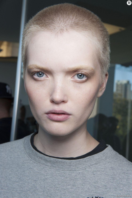 Le mannequin Ruth Bell est célèbre pour son crâne rasé