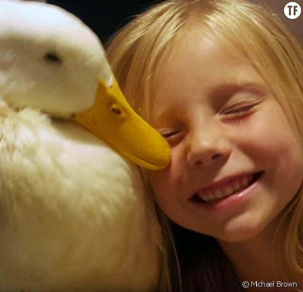 Cette fillette et son canard de compagnie vont vous faire fondre