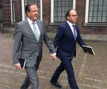 Aux Pays-Bas, les hommes se tiennent la main contre l'homophobie