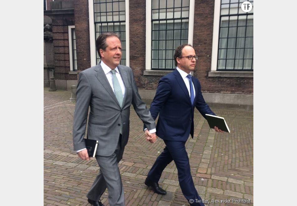 En Hollande, les hommes se tiennent la main contre l'homophobie