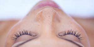 9 astuces naturelles contre les yeux gonflés