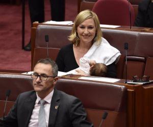 En Australie, une sénatrice allaite en pleine séance au Parlement