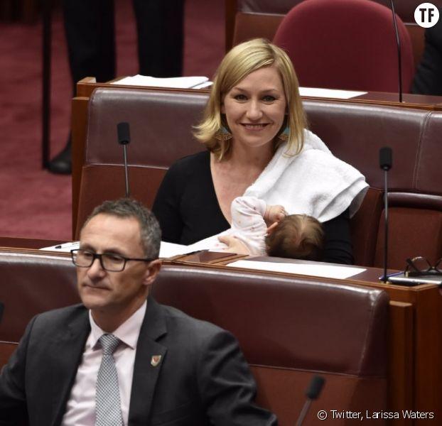 Larissa Waters allantant sa fille au Parlement australien mardi 9 mai 2017