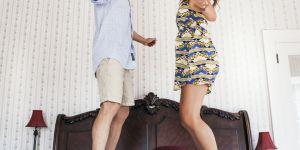 """""""Floor is lava"""" : le drôle de challenge de couple qui fait le buzz"""