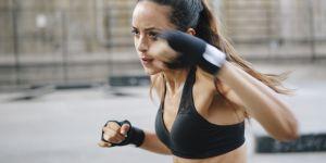 10 minutes de shadow boxing pour des abdos et des bras en béton