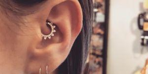 Daith piercing : la nouvelle tendance piercing d'oreille qui cartonne sur Instagram