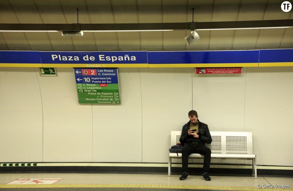 Manspreading : Madrid s'attaque aux hommes qui écartent les jambes dans le métro