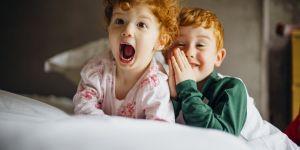 Jalousie entre frères et soeurs : comment réagir ?