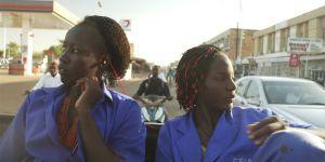 """""""Ouaga Girls"""" : au Burkina Faso, ces jeunes femmes rêvent de devenir mécanos"""