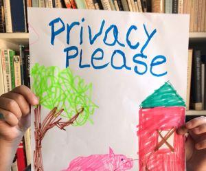 Vos photos peuvent mettre les enfants en danger : une campagne choc alerte