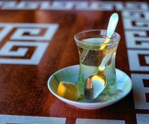 Pourquoi vous devriez boire un verre d'eau chaude citronnée