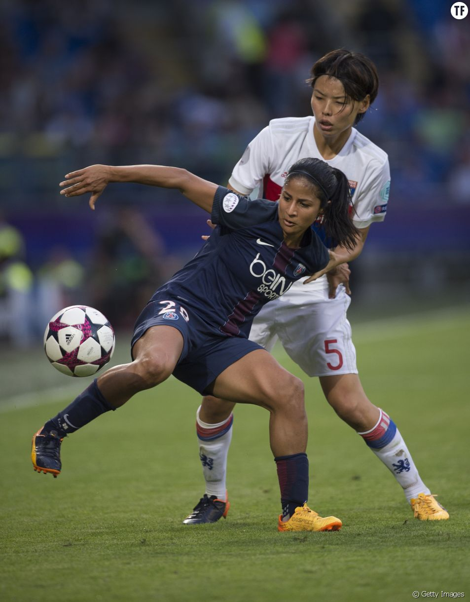 Shirley Cruz Trana du PSG et Saki Kumagai de l'Olympique Lyonnais lors de la finale de la Ligue des champions féminine en juin 2017