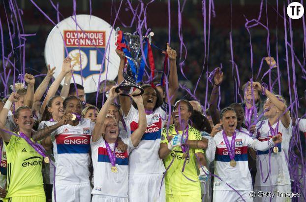 Eugénie Le Sommer de l'Olympique Lyonnais soulève la coupe de la Ligue des champions féminine en juin 2017