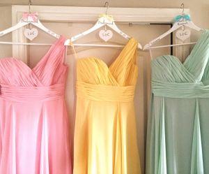 10 jolies robes colorées à porter à un mariage