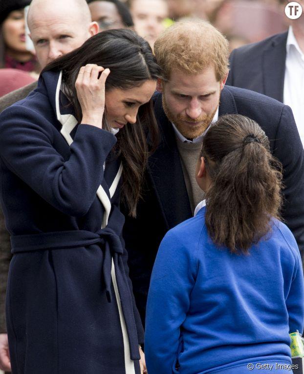 Meghan Markel et le Prince Harry à Birmingham en mars 2018 avec une petite fille