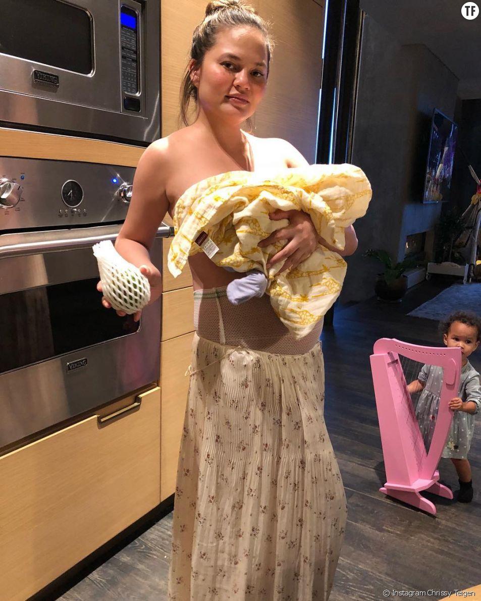 Le top Chrissy Teigen en sous-vêtement d'accouchement
