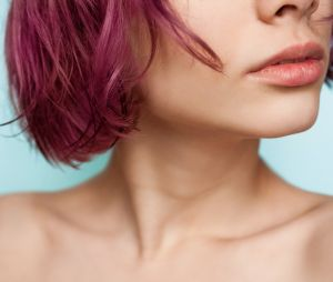 La coloration au cassis, la tendance naturelle qui va booster nos cheveux