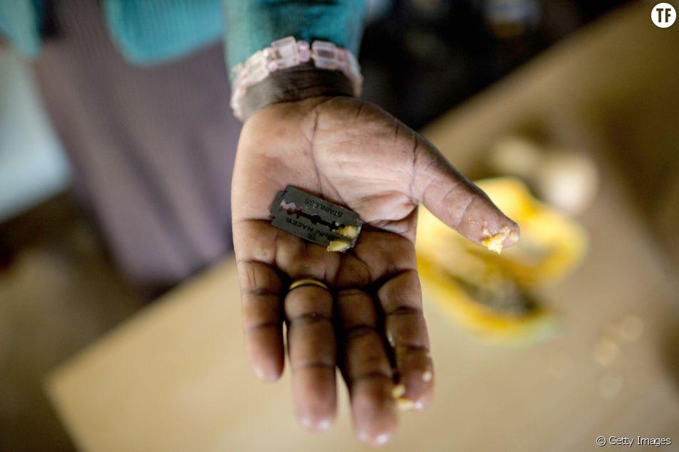 Une exciseuse kényane montre le rasoir avec lequel elle mutile les femmes