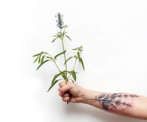 20 idées de tatouages de fleurs forcément poétiques